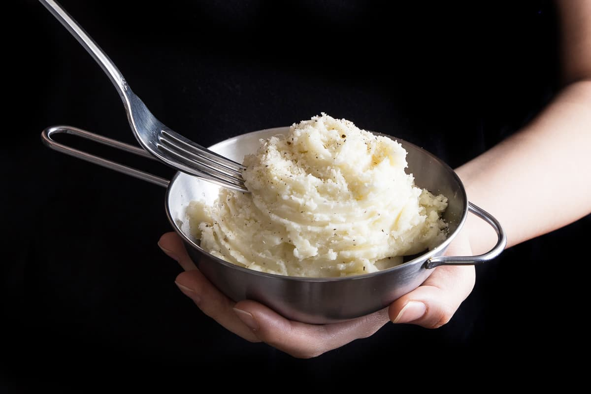 10 minutes prep to make this super easy pressure cooker mashed potatoes. Fluffy, creamy butter garlic smashed potatoes sprinkled with cheese and pepper. Pressurecookrecipes.com